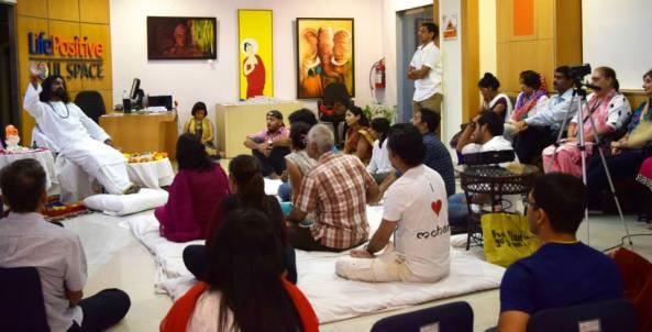 Mohanji giving satsang in Mumbai