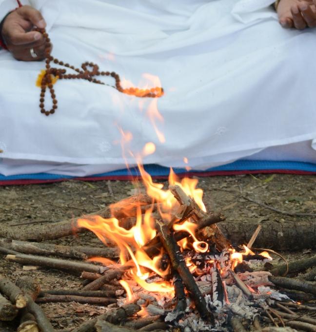 Mohanji performing Havan, ritual for cleansing