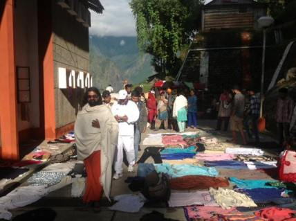 mohanji-visiting-the-shelters-for-the-stranded-pilgrims