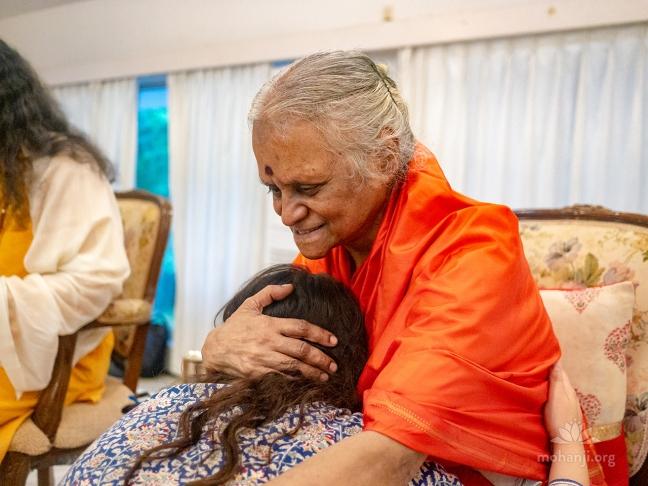 Devi Amma - hug - 1280x960
