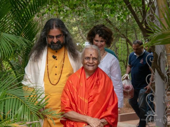 Mohanji - Guru Purnima satsang in Bangalore, with guest Devi Amma P2350095