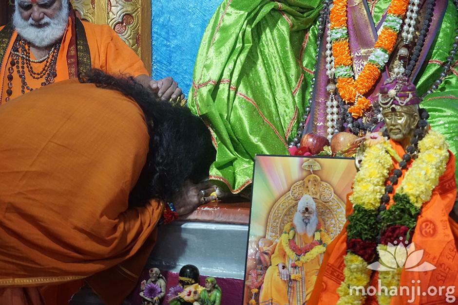 Mohanji bows down to Shirdi Sai Baba (1) FB