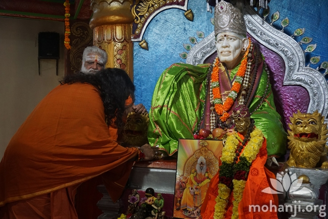 Mohanji bows down to Shirdi Sai Baba (2) FB