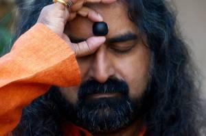 Mohanji feeling the Saligram stone gifted by Sai Baba to Nanasaheb Dengle
